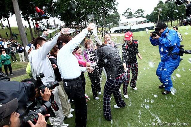 2010年 樋口久子IDC大塚家具レディス 最終日 森田理香子 恒例の祝福行事、半端無い水シャワー。