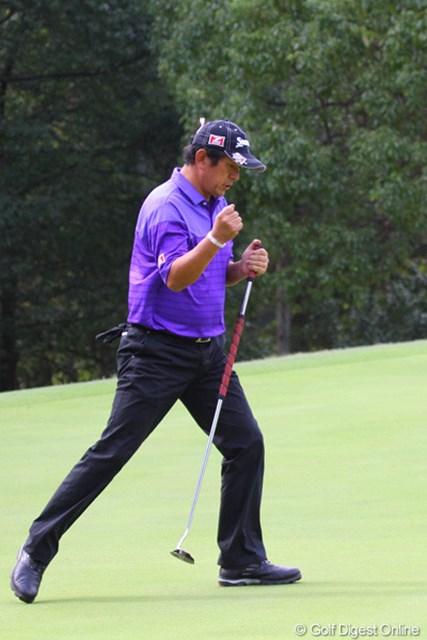 2010年 富士フイルムシニアチャンピオンシップ 初日 加瀬秀樹 14番はティショットを右の林に入れ2打目は逆サイドのラフ。それでもパーをセーブした加瀬秀樹