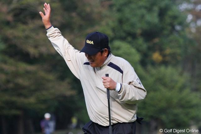 2010年 富士フイルムシニアチャンピオンシップ 初日 尾崎健夫 バーディを奪いギャラリーに向かって右手を挙げる尾崎建夫だが、初日は4オーバー40位タイ