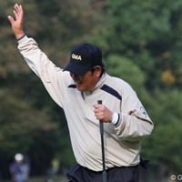 バーディを奪いギャラリーに向かって右手を挙げる尾崎建夫だが、初日は4オーバー40位タイ 2010年 富士フイルムシニアチャンピオンシップ 初日 尾崎健夫
