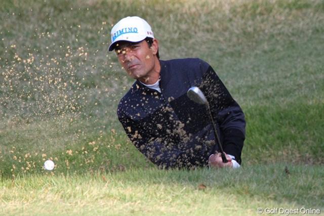 2010年 富士フイルムシニアチャンピオンシップ 初日 須貝昇 ヘッドアップ?バンカーショットはグリーンにも届かずダブルボギーを叩いた須貝昇
