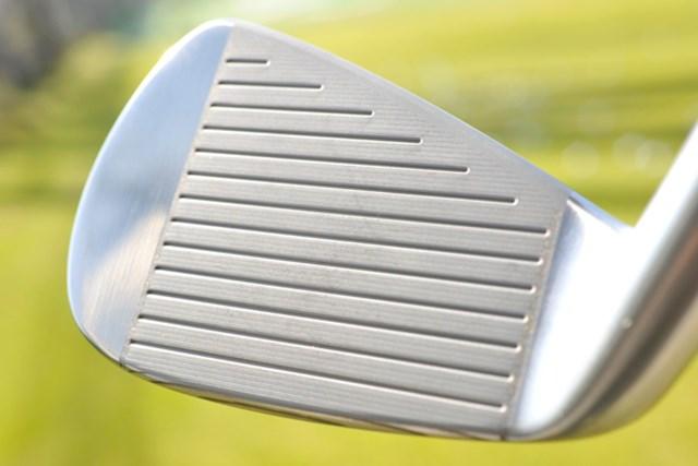 新製品レポート スリクソン NEW Z-TXアイアン NO.3 フェースには、通常の溝とは別にレーザーミーリング加工が施されている