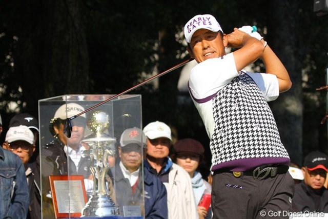 2010年 富士フイルムシニアチャンピオンシップ 最終日 芹澤信雄 1番ティグラウンドに飾られた優勝トロフィ、見事芹澤信雄がゲットです
