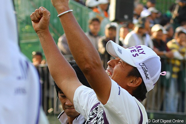 2010年 富士フイルムシニアチャンピオンシップ 最終日 芹澤信雄 「やったー」グリーンサイドで見守っていた仲間に向かって雄たけびを上げる芹澤信雄