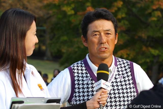 2010年 富士フイルムシニアチャンピオンシップ 最終日 芹澤信雄 優勝インタビューを受ける芹澤信雄。よくしゃべります!