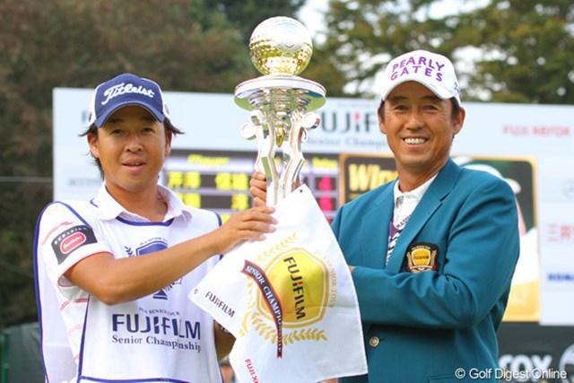 2010年 富士フイルムシニアチャンピオンシップ 最終日 芹澤信雄 今週のキャディ、藤田寛之のエースキャディ梅ちゃんと記念撮影です