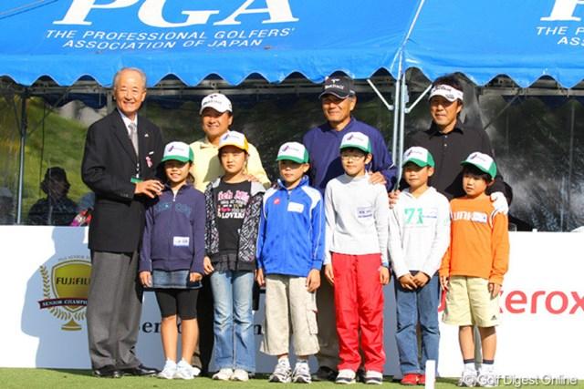 2010年 富士フイルムシニアチャンピオンシップ 最終日 エスコートキッド 最終日は子供たちと選手が手を繋いでティグラウンドに登場するのがシニア流