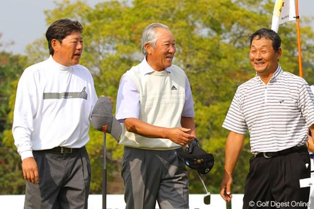 2010年 富士フイルムシニアチャンピオンシップ 最終日 青木功、尾崎健夫、飯合肇 人気者3選手のホールアウトは一際大きな拍手が沸き起こった