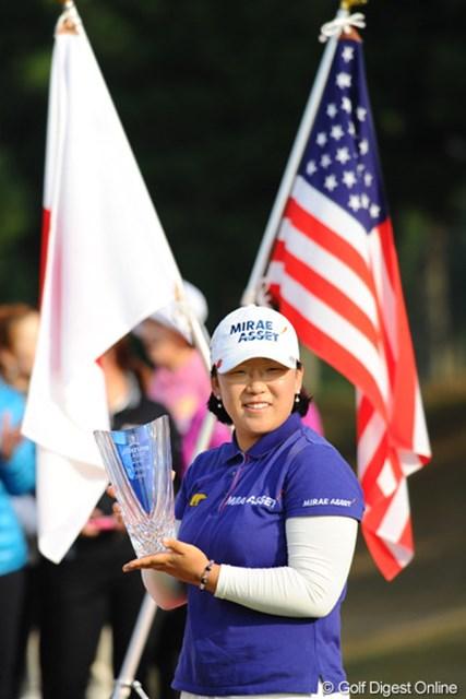 日本でガッポリ、アメリカでガッポリ。まさにウハウハのジエちゃんであります。日米の国旗の前で、はい、ポーズ!