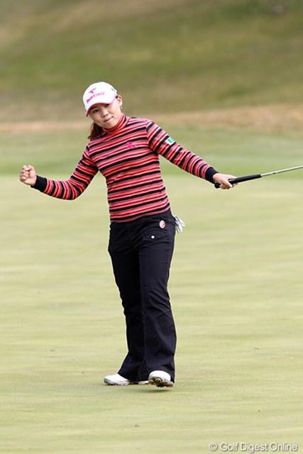2010年 伊藤園レディスゴルフトーナメント 初日 イ・ナリ 2番ホール長~いパーパットを決めガッツポーズ。しかしグリーンが難しそうです。