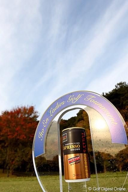 2010年 伊藤園レディスゴルフトーナメント 初日 ティマーカー 本物の缶コーヒーではありません?たぶん。紅葉と青空もきれいです。