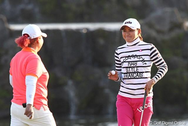 2010年 伊藤園レディスゴルフトーナメント 初日 横峯さくら 「ウフフ・・・見たかアン」うっすらと笑みを浮かべアンを見つめるさくらちゃん。