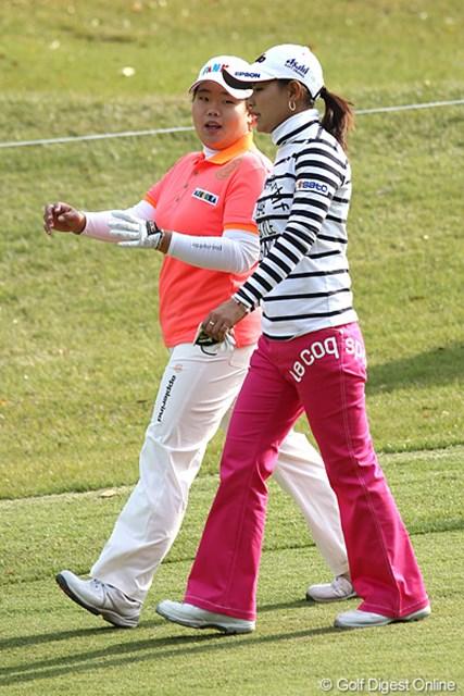 2010年 伊藤園レディスゴルフトーナメント 初日 横峯さくら&アン・ソンジュ ラウンド中に結構話をしてる場面も多くみられた。この2人仲良いんだ?