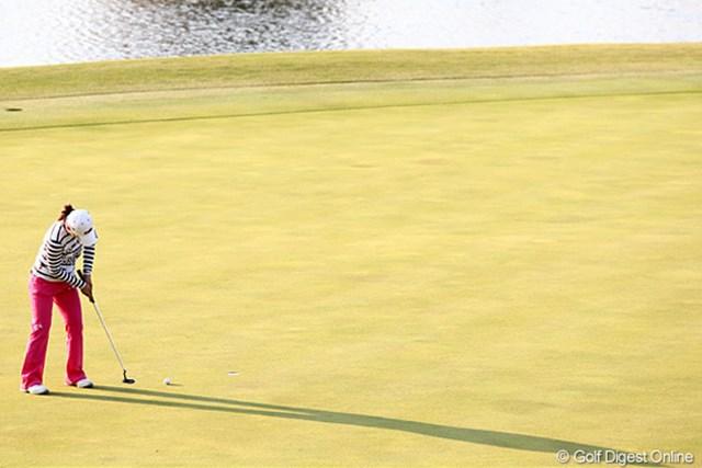 2010年 伊藤園レディスゴルフトーナメント 初日 横峯さくら 何時ころでしょうか?なが~い影が、日の短さを感じます。