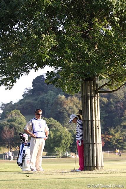 2010年 伊藤園レディスゴルフトーナメント 初日 横峯さくら 困って考え込む、さくらちゃん「なんでこんなところにボールが・・・」