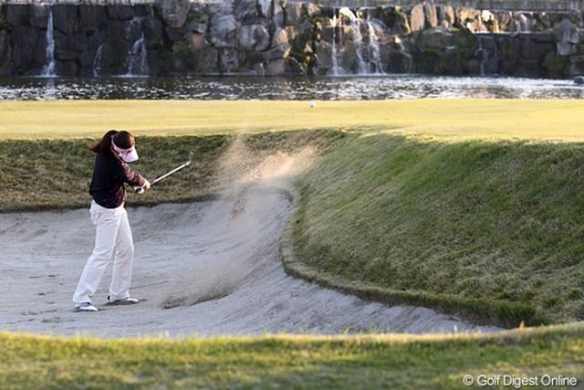 2010年 伊藤園レディスゴルフトーナメント 初日 中田美枝 最終18番バンカーにつかまるも見事脱出。