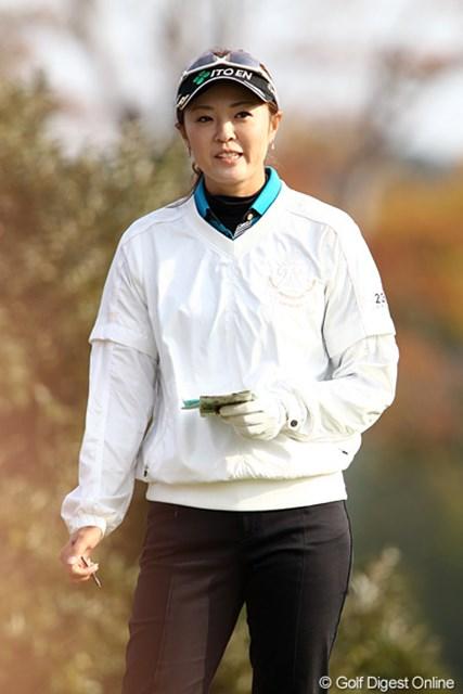 2010年 伊藤園レディスゴルフトーナメント 初日 日下部智子 伊藤園所属、バイザーも見ての通り伊藤園。