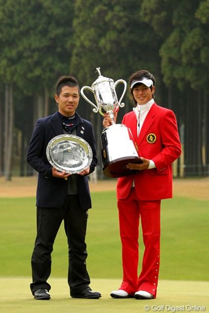 ベストアマを獲得した伊藤誠道。いつかは隣の石川遼の位置で、優勝カップを掲げる日も来るはず
