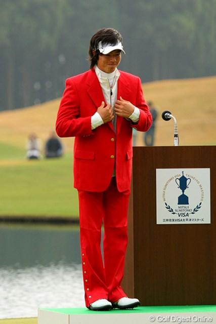 真紅のチャンピオンブレザーを身にまとう。赤のズボンとのコーディネートもバッチリ!