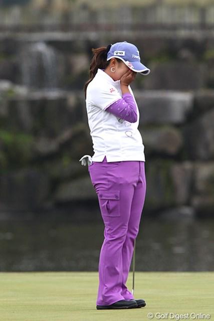 2010年 伊藤園レディスゴルフトーナメント 最終日 佐伯三貴 ウィニングパットを決め歓喜のあまりおもわず涙が・・・。