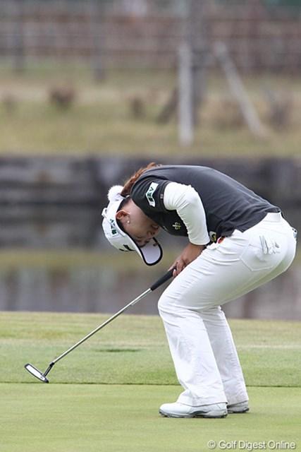 2010年 伊藤園レディスゴルフトーナメント 最終日 イ・ナリ 17番バーディパットを外し悔しそうです。初優勝も逃してしまった。