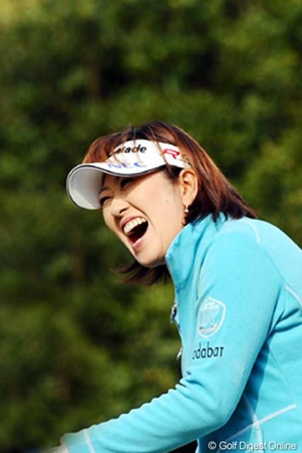 2010年 大王製紙エリエールレディスオープン 初日 福嶋晃子 アッコ姐さん「ガハハ」の大笑い!それもそのはず、トリッキーなコースをものともせず、6バーディでガハハの2位タイ発進。