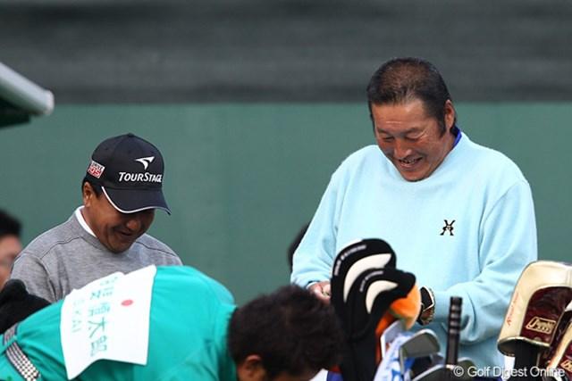 2010年 ダンロップフェニックストーナメント 3日目 倉本昌弘 尾崎将司 スタート前の尾崎将司と倉本昌弘、この後珍事が起こるとは予想していなかった・・・