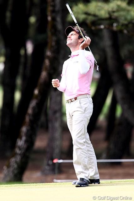 2010年 ダンロップフェニックストーナメント 3日目 エドアルド・モリナリ 12番バーディパットが決まらず天を仰ぐモリナリ。