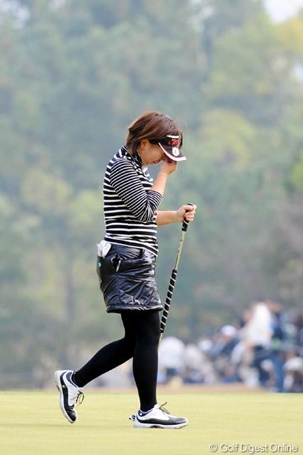 2010年 大王製紙エリエールレディスオープン 最終日 吉田弓美子 カップイン直後はギャラリーに手を上げて応えてたけど、引き上げる途中で思わず涙が・・・。QT頑張れ~!!