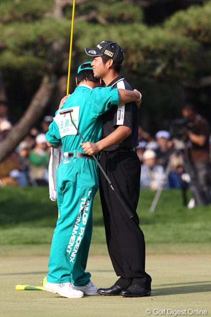 2010年 ダンロップフェニックストーナメント 最終日 池田勇太 優勝の瞬間真っ先にキャディの福田君が駆け寄り祝福。
