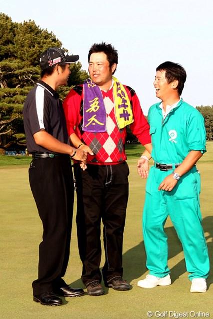 2010年 ダンロップフェニックストーナメント 最終日 池田勇太&小田龍一 勇太の名入りのタオルを首に巻き記念撮影でグリーンに、「何でお前が真ん中やねん?」と若大将につっこまれてました。ちなみに師弟関係です。
