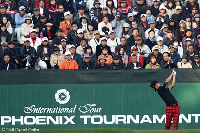 2010年 ダンロップフェニックストーナメント 最終日 石川遼 最終日トップスタート、ギャラリースタンドはほぼ満席状態。
