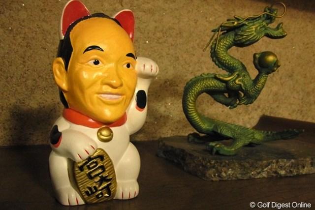 2010年 LPGAツアーチャンピオンシップリコーカップ事前情報 まねき猫 宮崎と言えばこの人。さりげなく龍の置物の隣に鎮座(撮影:リコー CX4/今岡涼太)