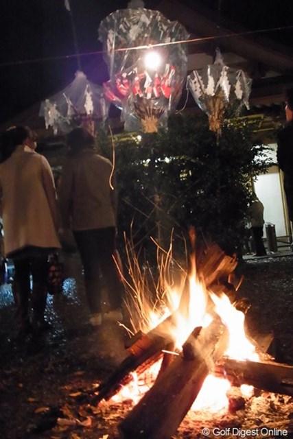 2010年 LPGAツアーチャンピオンシップリコーカップ事前情報 高千穂神社 神楽殿の前で焚火で暖を取る見物客(撮影:リコー CX4/長浦庸一)