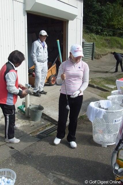 2010年 LPGAツアーチャンピオンシップリコーカップ事前情報 イ・ナリ イナリプロ。練習を終えるとコースのおばちゃんがウェッジを掃除してくれて恐縮するの図(撮影:リコー CX4/今岡涼太)