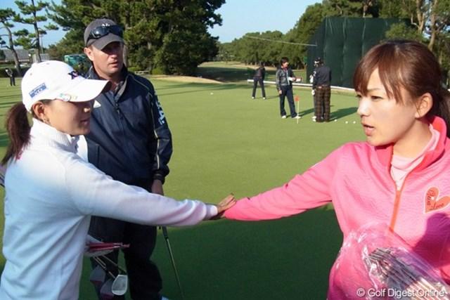 2010年 LPGAツアーチャンピオンシップリコーカップ事前情報 横峯さくら&有村智恵 バンテリンから有村プロにマスク、サポーターの差し入れ。横峯におすそ分けし「ありがとう」(撮影:リコー CX4/今岡涼太)