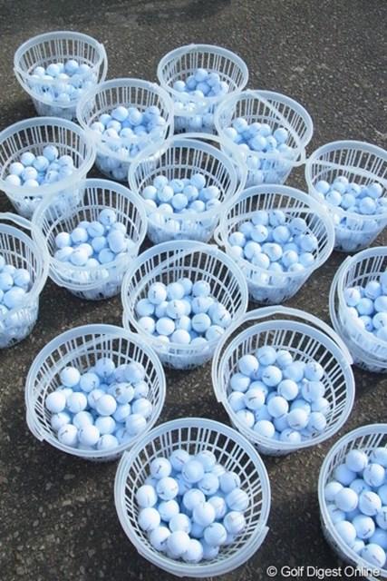 2010年 LPGAツアーチャンピオンシップリコーカップ事前情報 練習場ボール 練習場に並ぶボールかごたち。(撮影:リコー CX4/今岡涼太)