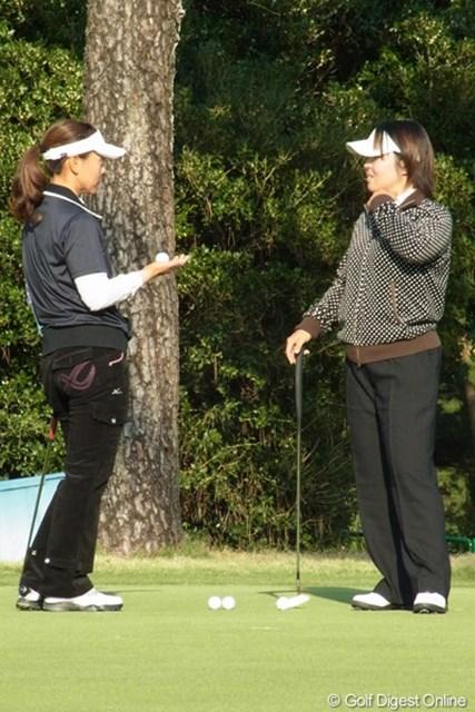 2010年 LPGAツアーチャンピオンシップリコーカップ事前情報 不動裕理&中田美枝 仲良しの二人は、練習グリーンでも一緒でした。(撮影:リコー CX4/今岡涼太)