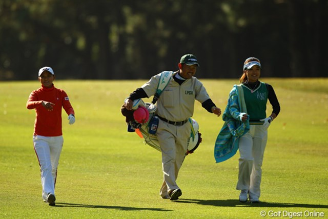 2010年 LPGAツアーチャンピオンシップリコーカップ 2日目 横峯さくらと有村智恵 同組でラウンドした2人。終始笑顔で会話しながらのラウンドでした。
