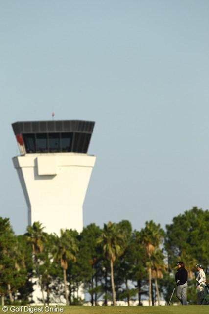2010年 LPGAツアーチャンピオンシップリコーカップ 2日目 福嶋晃子 2番ロングホールセカンドショット・・・宮崎空港管制塔からの指示を待ちます。