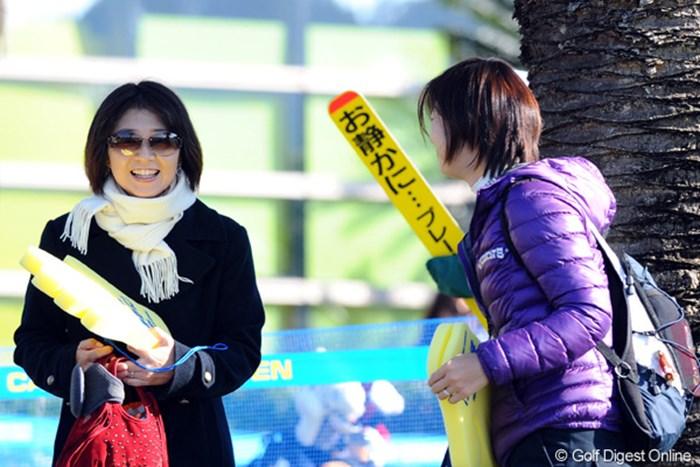 たっちゃん(高橋竜彦)の応援に奥様が駆け付けました。ちなみに隣はオダリュー夫人。夫婦愛て美しい・・・。 2010年 カシオワールドオープンゴルフトーナメント 2日目 牛渡葉月
