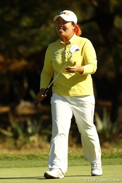 2010年 LPGAツアーチャンピオンシップリコーカップ3日目 アン・ソンジュ バーディーパットが惜しくも外れ、思わず舌をぺロリ。