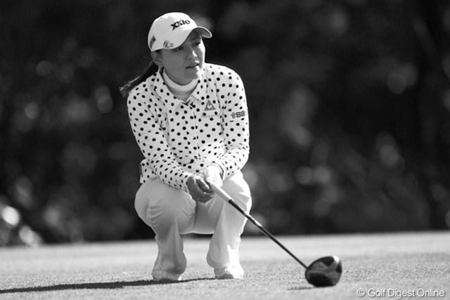 2010年 LPGAツアーチャンピオンシップリコーカップ3日目 横峯さくら ミスショットをして座り込んでます。ノーバーディのラウンドで6つスコアを落としました。