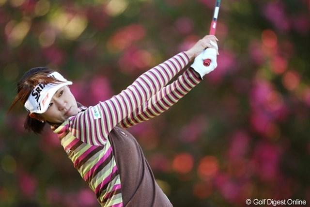 2010年 LPGAツアーチャンピオンシップリコーカップ3日目 北田瑠衣 バックの花が北田さんの美しさを引きたてますね。あっ、ウェアと花の色が揃ってる。