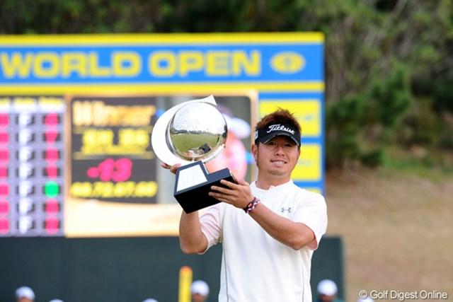 2010年 カシオワールドオープンゴルフトーナメント 最終日 松村道央 4ホールに渡るプレーオフを制し、今季2勝目を飾った松村道央。今季獲得賞金1億円を突破!