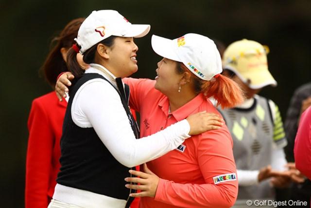 2010年 LPGAツアーチャンピオンシップリコーカップ 最終日 朴仁妃とアン・ソンジュ 朴仁妃の優勝を抱き合って喜ぶアン・ソンジュ。日本人には何かが足りない!?