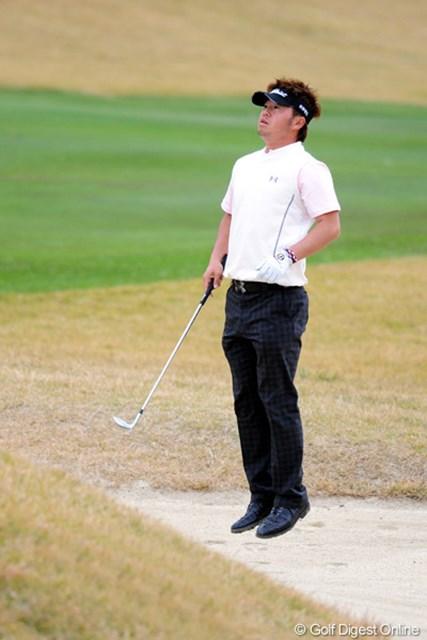 2010年 カシオワールドオープンゴルフトーナメント 最終日 松村道央 今年大ブレイクのマッちゃんクラスになりますと、かの人のような「空中浮揚」なんかもできてしまうんちゃいまっか!?