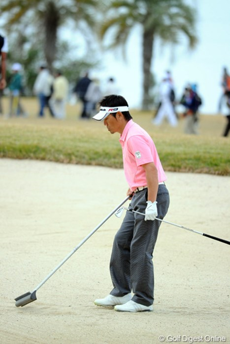 フェアウェイ・バンカーを自分で均すヒデちゃん。ファイナルQTに行けるようになって良かったね! 2010年 カシオワールドオープンゴルフトーナメント 最終日 田中秀道