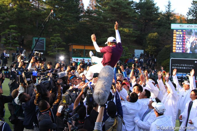 初の韓国人選手賞金王になったキョンテはツアーメンバーに胴上げの祝福を受けた