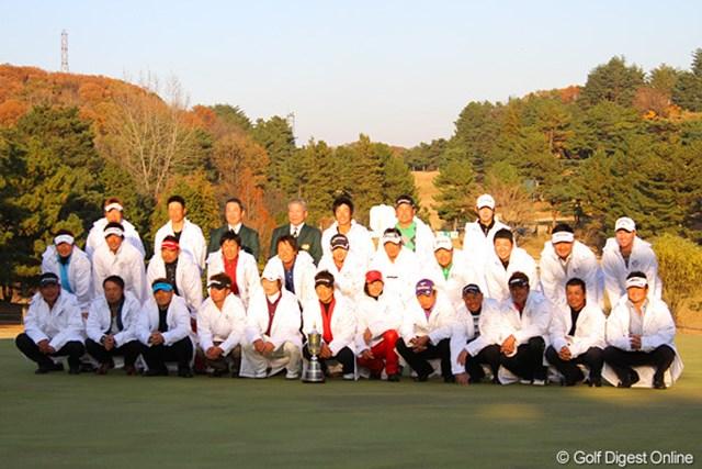 今大会参加メンバーと選手会長の深堀圭一郎らが記念写真に納まった